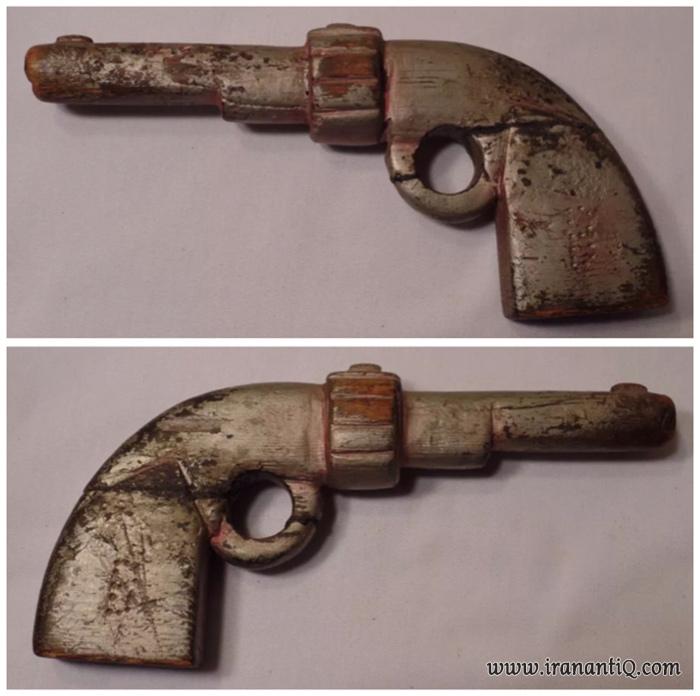 نمونه ای تفنگ چوبی که در گذشته ساخته شده است