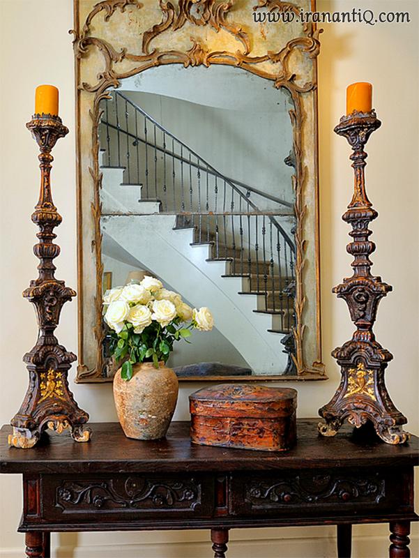 آینه و شمعدان هایی با پایه های بلند