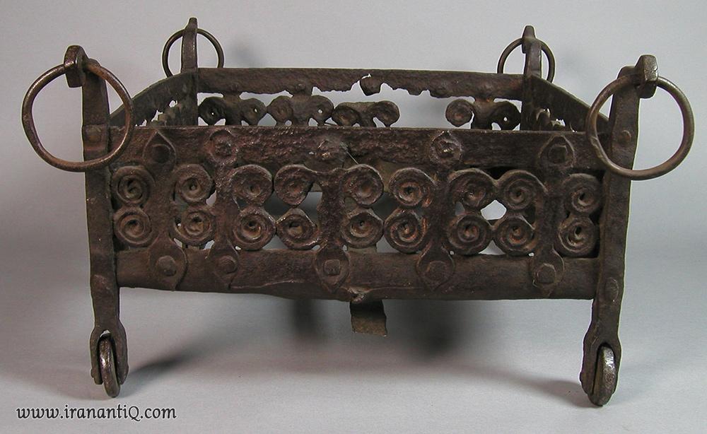 منقلی آهنی ، مربوط به قرن 13 میلادی ، اسپانیا ، محل نگهداری : موزه متروپولیتن