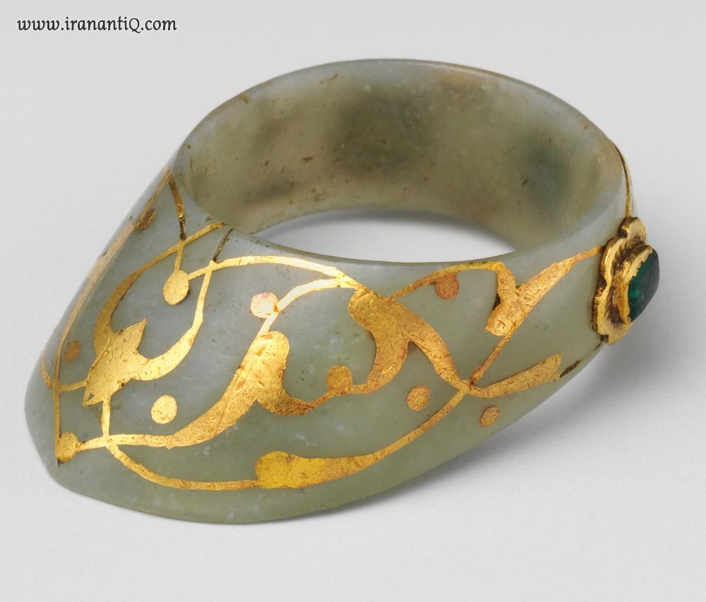 حلقه ای از جنس یشم که بر روی  آن طلا ، زمرد و یاقوت کار شده است ، ترکیه ، مربوط به قرن 16-17 میلادی ، محل نگهداری : موزه متروپولیتن