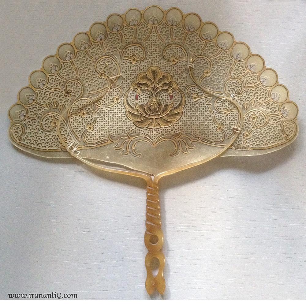 بادبزن صفحه تخت به شکل طاووس که از شاخ بوفالو ساخته شده است