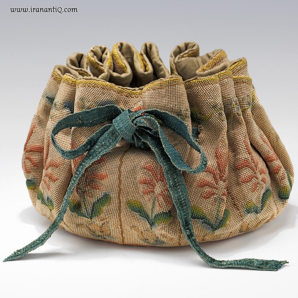 کیف پول ، فرانسه ، 1710-1690 میلادی / در طول قرن 17 و 18 میلادی قمار و کارت بازی ، سرگرمی مورد علاقه زنان و مردان به شمار می آمد و این کیف ها هنگام بازی مورد استفاده قرار می گرفت.
