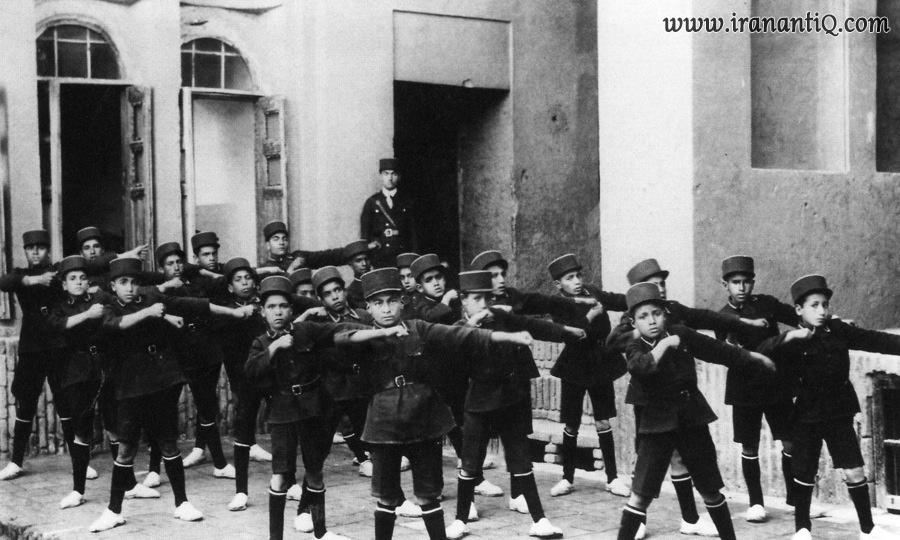 دانش آموزان با کلاه پهلوی در مدرسه