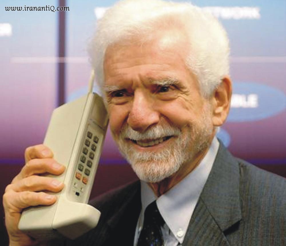 مارتین کوپر به همراه تلفن همراهی که اختراع کرد