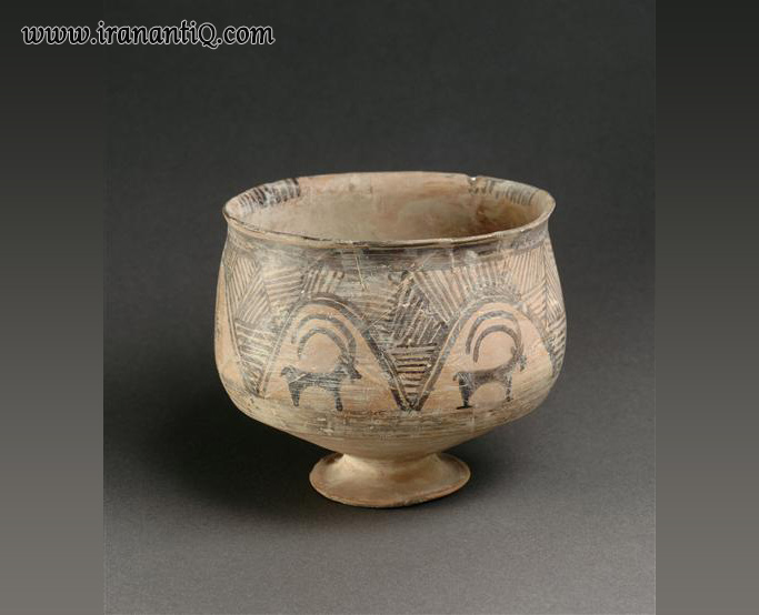سفالینه پایه دار منقوش ، تپه گیان لرستان ، اوایل هزاره چهارم پیش از تاریخ