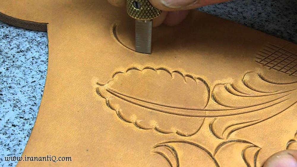 حکاکی نقش بر روی چرم با استفاده از قلم فولادی