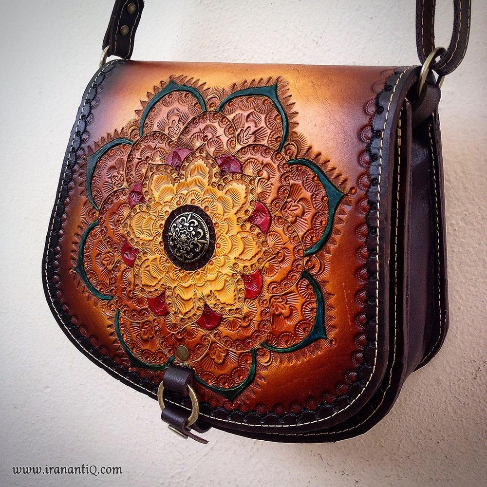 کیف چرمی که با شیوه ضربی بر روی آن نقش پردازی شده است.