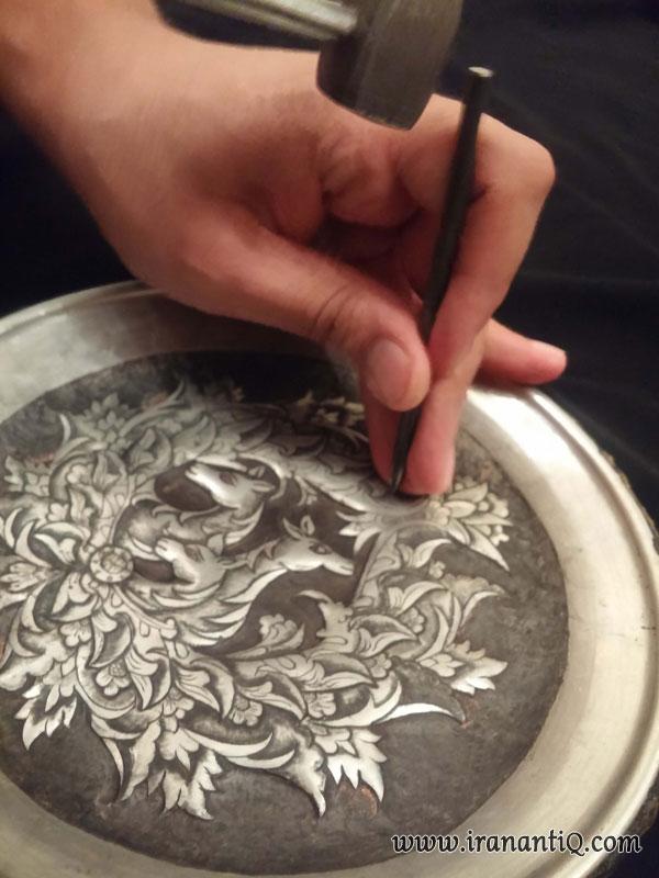 تصویری از کار استاد قلمزن روی بشقاب فلزی