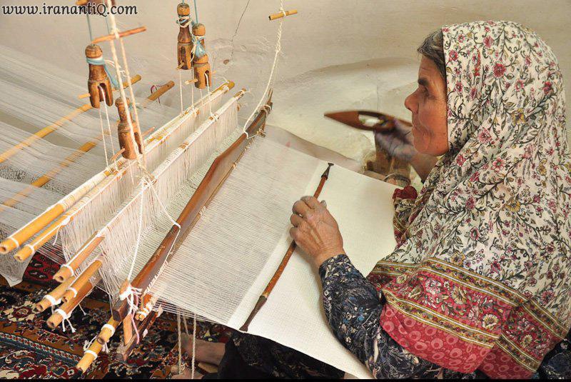 پیرزن هنرمند در حال کار بر روی دستگاه شعر بافی - Silk Sher Weaving
