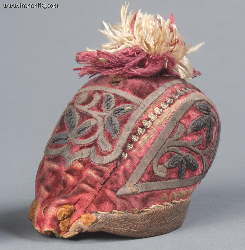 کلاه شکار ؛ جنس: مخمل، نخ نقره، چرم ؛ ساخته شده در ایران ؛ 1700 میلادی