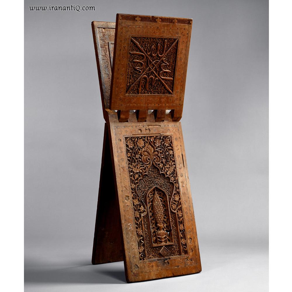 رحل قرآن ، از جنس چوب ، حکاکی و نقاشی شده ، مربوط به 761 ه.ق (1360 میلادی) ، محل نگهداری : موزه متروپولیتن