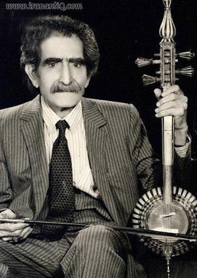 علی اصغر بهاری ، نوازنده کمانچه ، همانطور که در تصویر مشاهده می کنید کمانچه پهلوی ایشان قرار  گرفته است.