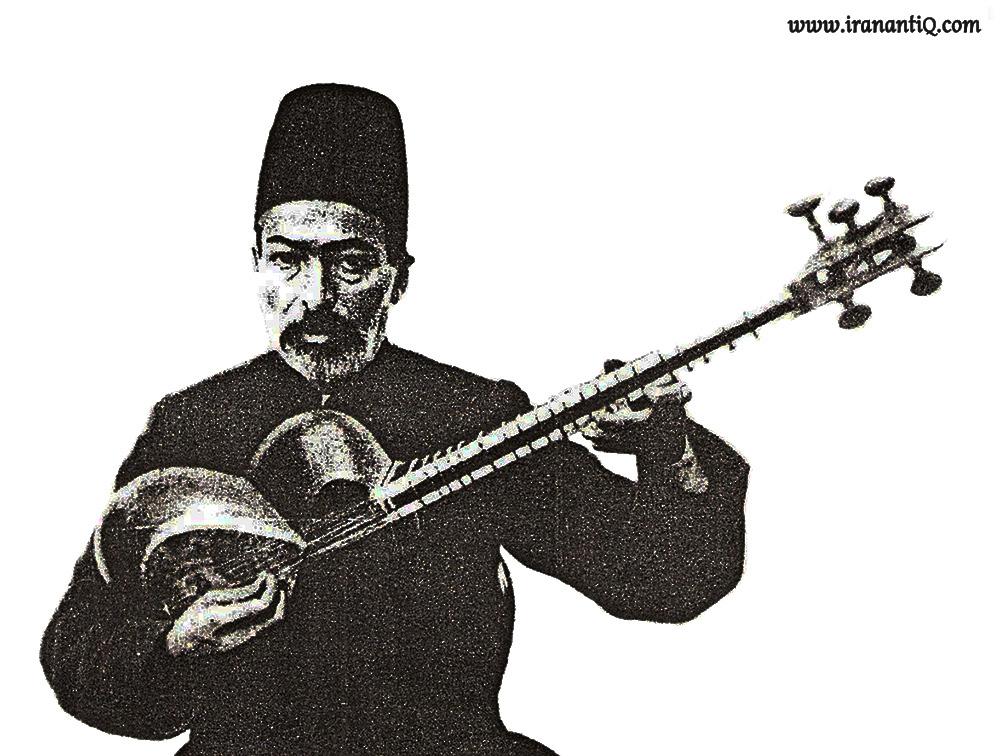 «آقا حسینقلی» از نوازندگان بنام تار ، همانطور که در تصویر مشاهده می کنید تار را بر روی سینه قرار داده است