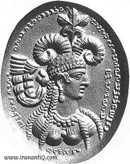 مُهر با نقش همسر شاهپور سوم که نشان می دهد وی از گوشواره استفاده می کرده است