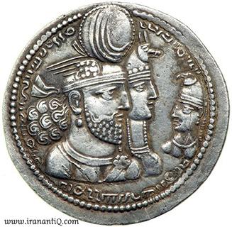 سکه درهم با نقش بهرام دوم به همراه ملکه و فرزندش . پادشاه بر گوش خود گوشواره دارد.